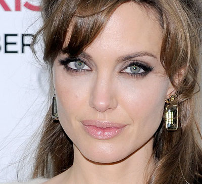 Angelina no suele usar enormes cantidades de rubor, pero si deseas hacerlo que sea de un tono rosa bien suave.