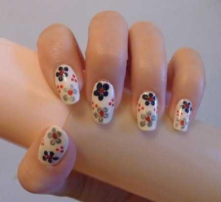 diseño de uñas con flores blanco y negro