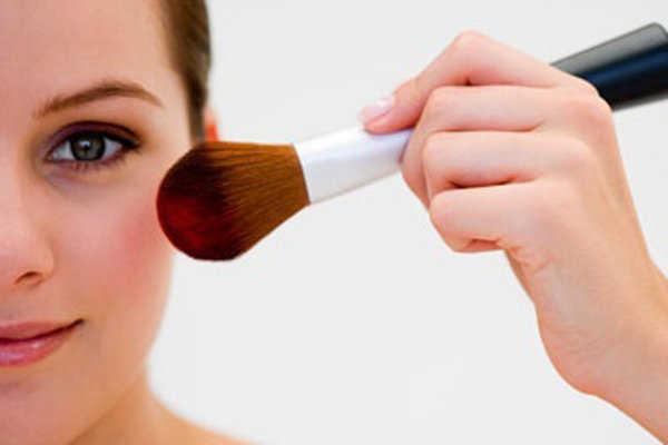 Aplica el rubor de manera correcta según la forma de tu rostro