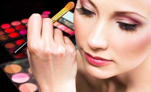 La correcta aplicación de un rubor te ayudará a conseguir un look natural